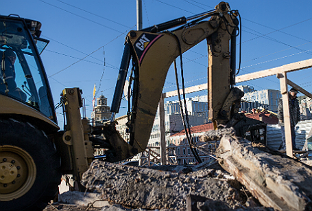 Работы по благоустройству территорий на местах снесенных объектов самовольного строительства в Москве.