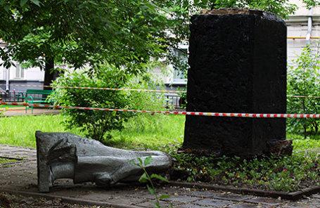 Разрушенный памятник В.И. Ленину на улице Климашкина. Неизвестные сбросили с постамента и обезглавили памятник.