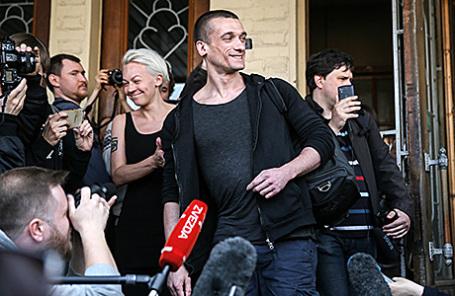 Художник Петр Павленский (в центре), признанный виновным в поджоге двери здания ФСБ на Лубянке, приговоренный к 500 тыс. рублей штрафа и освобожденный в зале Мещанского районного суда, 8 июня 2016.