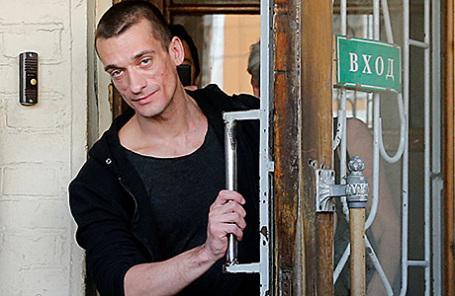 Художник Петр Павленский, признанный виновным в поджоге двери здания ФСБ на Лубянке, приговоренный к 500 тыс. рублей штрафа и освобожденный в зале Мещанского районного суда, 8 июня 2016.