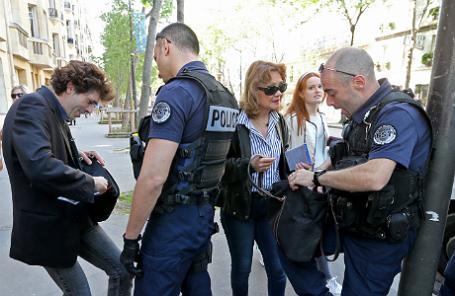 Полиция досматривает прохожих у фан-зоны чемпионата Европы по футболу — 2016 недалеко от Эйфелевой башни.