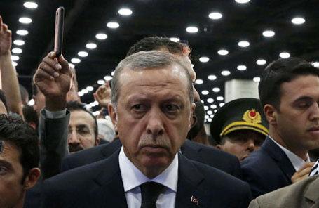 Президент Турции Реджеп Тайип Эрдоган принял участие в исламской похоронной молитве для последнего чемпиона по боксу Мухаммед Али в Луисвилле, США.