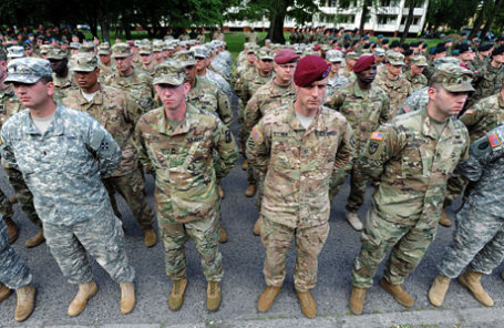 Солдаты НАТО на военных учениях.