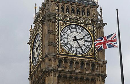 Приспущенный британский флаг в знак траура по убитой Джо Кокс.