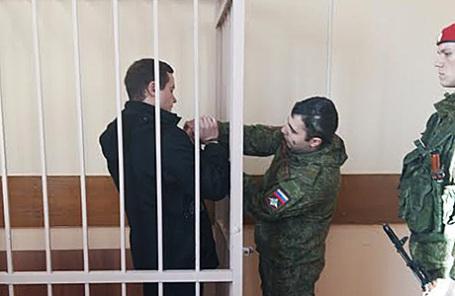 Директор Департамента аудита госконтрактов Минобороны Дмитрий Недобор (слева) во время продления ареста в Савеловском суде Москвы.