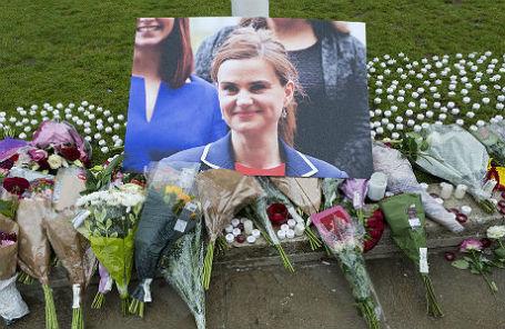 Мемориал Джо Кокс на площади Парламента в Лондоне.