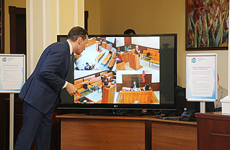 Заместитель председателя Мосгорсуда Дмитрий Фомин демонстрирует, как работает система видеозаписи судебных заседаний.