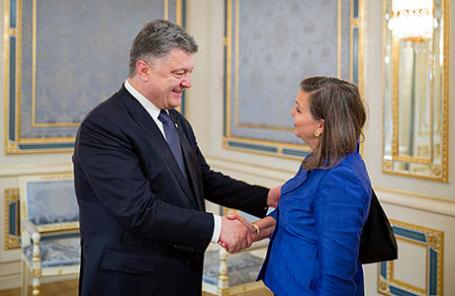 Президент Украины Петр Порошенко (слева) и помощник госсекретаря США по делам Европы и Евразии Виктория Нуланд.
