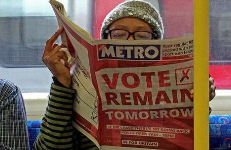 Женщина в лондонском метро читает газету с объявлением о референдуме.