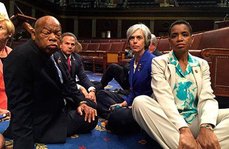Члены конгресса США от Демократической партии отказываются покинуть зал заседаний палаты представителей.