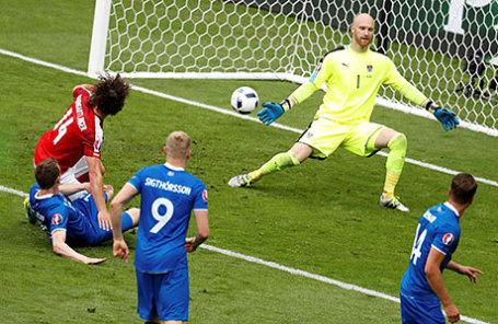 Матч между футбольными командами Исландии и Австрии.