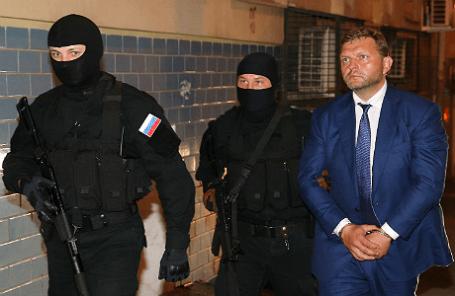 Губернатор Кировской области Никита Белых (справа), задержанный по обвинению в получении взятки в 400 тысяч евро, перед началом слушания об избрании меры пресечения у здания Басманного суда.