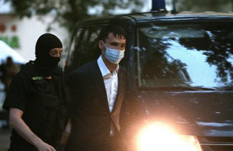 Брат мэра Владивостока И.Пушкарева, бывший генеральный директор компании ООО «Востокцемент» Андрей Пушкарев (справа), задержанный по обвинению в в коммерческом подкупе, у Басманного суда.