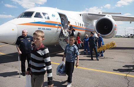 Дети, спасенные на озере Сямозеро в Карелии, у самолета Ан-148 МЧС России в аэропорту «Внуково-3».