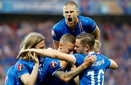Сборная Исландии празднует первый гол в ворота Англии.