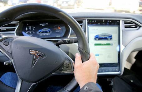 В салоне Tesla S.