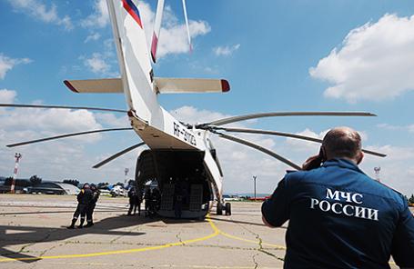 Сотрудники МЧС РФ на территории аэропорта города во время подготовки к поисково-спасательным работам пропавшего в Иркутской области самолета МЧС РФ Ил-76, 2 июля 2016.