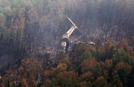 Обломки самолета Ил-76 на месте крушения, обнаруженном наземной группой спасателей.
