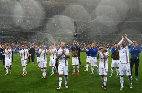 Игроки сборной Исландии после поражения в матче 1/4 финала чемпионата Европы по футболу — 2016.