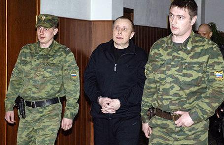 Экс-глава службы безопасности НК «ЮКОС» Алексей Пичугин (в центре).