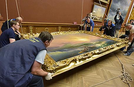 Демонтаж экспозиции картин художника И.Айвазовского в Русском музее в Петербурге для отправки на выставку в Третьяковскую галерею.