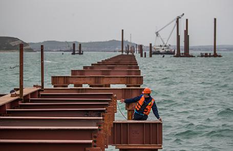 Строительство моста через Керченский пролив на острове Тузла.