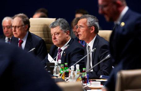 Президент Украины Петр Порошенко (слева) и генеральный секретарь НАТО Йенс Столтенберг на рабочей сессии по положению Украины на саммите НАТО в Варшаве.