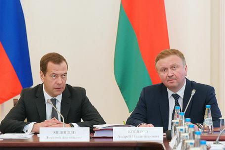 Премьер-министр РФ Дмитрий Медведев и премьер-министр Белоруссии Андрей Кобяков (слева направо).