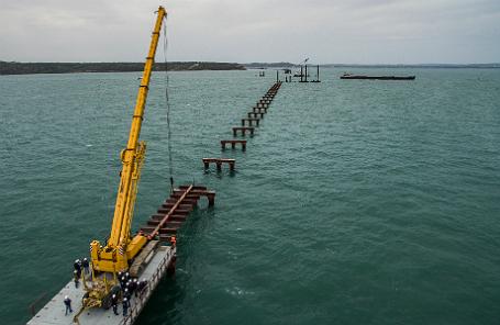 Строительство рабочего моста № 2 через Керченский пролив на острове Тузла.