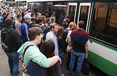 Пассажиры у бесплатного автобуса маршрута «М» у станции метро «Выхино» Таганско-Краснопресненской линии.