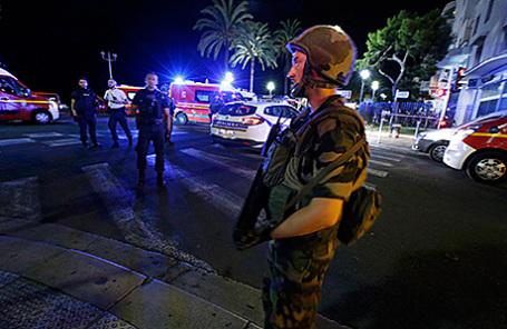 На месте теракта в Ницце, Франция, 14 июля 2016.