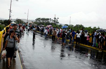 Жители Венесуэлы идут за продуктами, воспользовавшись временным открытием границы с Колумбией.