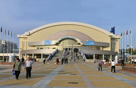 Виды Хабаровска. Здание нового торгового центра на одной из центральных улиц города.