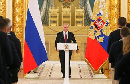 Президент РФ Владимир Путин (в центре) на встрече с олимпийской сборной России в Александровском зале Большого Кремлевского дворца.