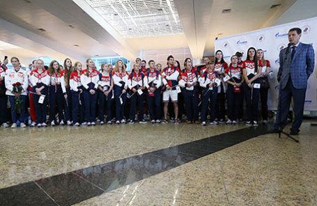 Президент Олимпийского комитета России, первый вице-спикер Госдумы РФ Александр Жуков (справа) и члены российской олимпийской сборной в аэропорту Шереметьево во время проводов на XXXI летние Олимпийские игры в Рио-де-Жанейро.