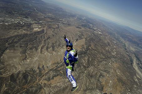 Скайдайвер Люк Эйкинс совершил успешный прыжок без парашюта с высоты 7,6 км.