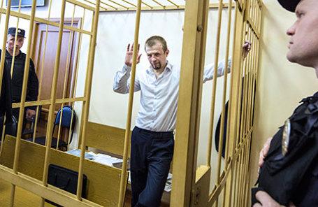 Временно отстраненный от должности мэра Ярославля Евгений Урлашов (в центре), обвиняемый в покушении на получение взятки в особо крупном размере.