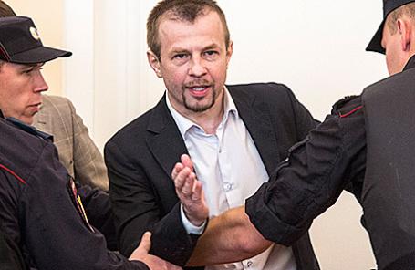 Бывший мэр Ярославля Евгений Урлашов (в центре), обвиняемый в получении взятки в особо крупном размере, во время оглашения приговора, 3 августа 2016.