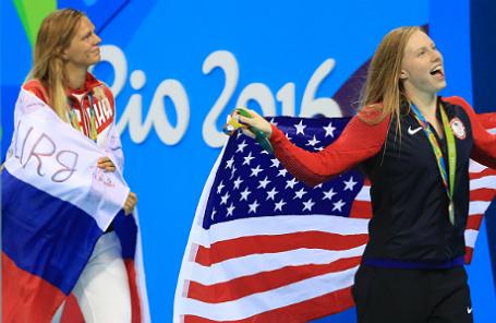 Российская спортсменка Юлия Ефимова и американская пловчиха Лилия Кинг (справа налево).