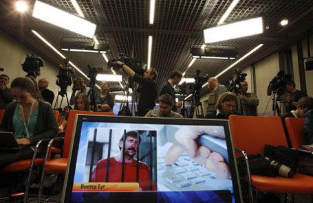 Журналисты на пресс-конференции торговца оружием Виктора Бута посредством видеосвязи из США в Москве 12 апреля 2012 года.
