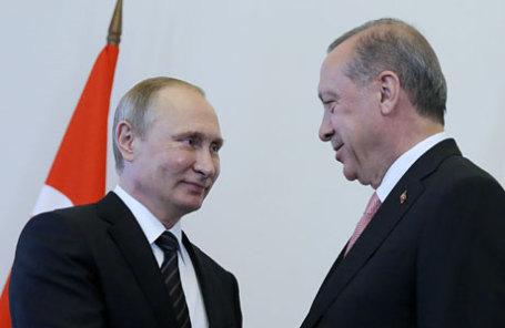 Президент России Владимир Путин и президент Турции Реджеп Эрдоган (слева направо) во время встречи в Константиновском дворце.