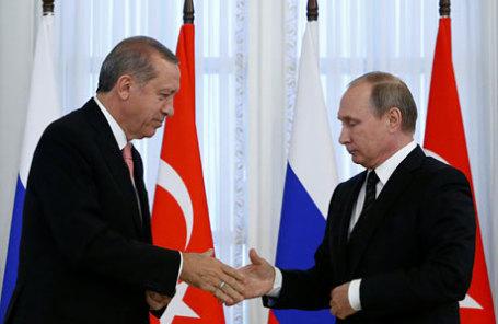 Президент Турции Реджеп Эрдоган и президент России Владимир Путин (слева направо) во время встречи в Константиновском дворце.