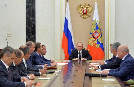 Президент России Владимир Путин (в центре) на совещании с постоянными членами Совета безопасности РФ в Кремле, 11 августа 2016.