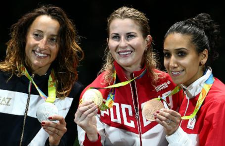Спортсменка из Италии Элиза Ди Франчиска (серебряная медаль), спортсменка из России Инна Дериглазова (золотая медаль) и спортсменка из Туниса Инеса Бубакри (бронзовая медаль) во время церемонии награждения призеров соревнований по фехтованию на рапирах среди женщин на XXXI летних Олимпийских играх.