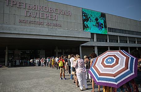 Посетители в очереди на выставку «Иван Айвазовский. К 200-летию со дня рождения» в Третьяковской галерее на Крымском валу.