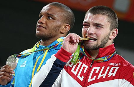 Украинский спортсмен Жан Беленюк (серебряная медаль) и российский спортсмен Давит Чакветадзе (золотая медаль) (слева направо) на церемонии награждения призеров финальных соревнований по греко-римской борьбе среди мужчин в весовой категории до 85 кг на XXXI летних Олимпийских играх.