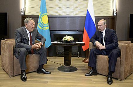Президент Казахстана Нурсултан Назарбаев и президент России Владимир Путин (слева направо) во время встречи в Сочи, 16 августа 2016.