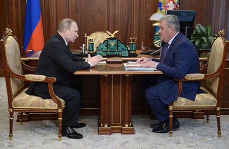 Президент России Владимир Путин и временно исполняющий обязанности главы Республики Коми Сергей Гапликов (слева направо) во время встречи в Кремле.