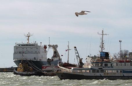 Корабли в морском торговом порту.
