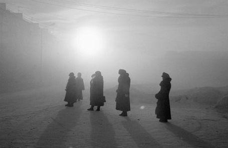 Ранним утром на автобусной остановке в городе Воркута.